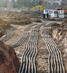Breitgefächerte Kabel in der Erdverlegung.